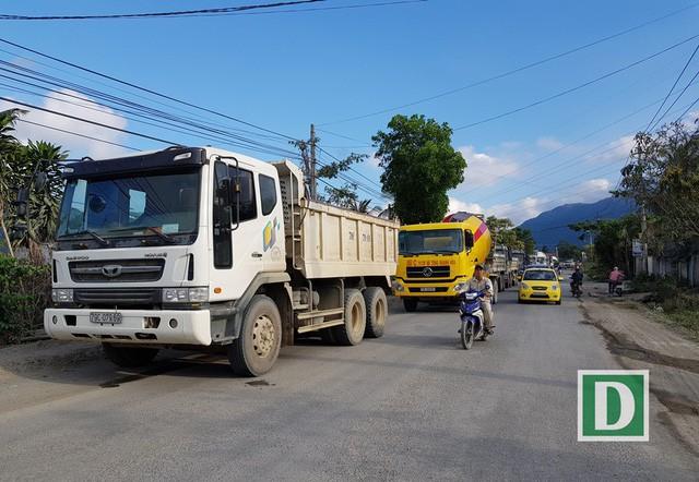 Khánh Hòa: Người dân mang gỗ, đá tảng ra đường chặn xe chở đất đá - Ảnh 1.
