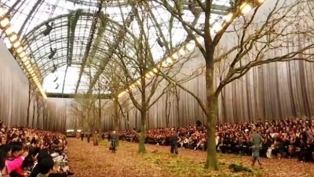 Chanel biến khu rừng lá vàng thành sàn diễn thời trang - Ảnh 2.