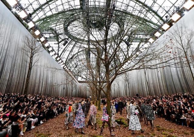 Chanel biến khu rừng lá vàng thành sàn diễn thời trang - Ảnh 1.