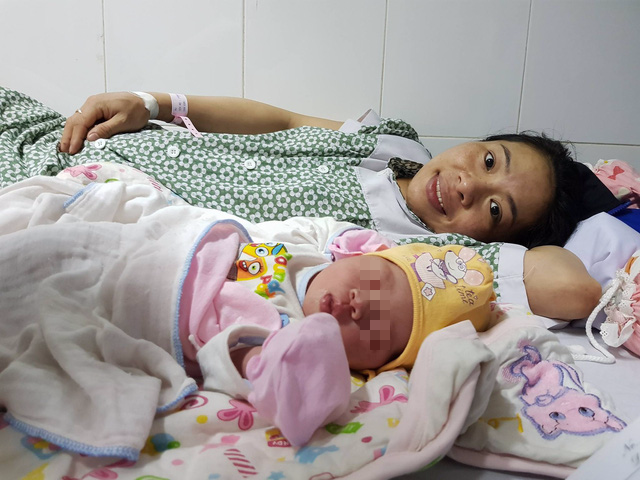 Bé gái đầu tiên ra đời từ điều trị tắc vòi trứng ở người mẹ - Ảnh 2.
