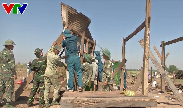Bộ đội Đắk Lắk giúp dân khắc phục hậu quả nặng nề do lốc xoáy - Ảnh 3.