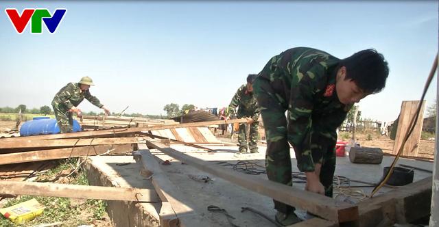 Bộ đội Đắk Lắk giúp dân khắc phục hậu quả nặng nề do lốc xoáy - Ảnh 2.