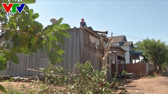 Bộ đội Đắk Lắk giúp dân khắc phục hậu quả nặng nề do lốc xoáy - Ảnh 1.