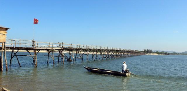 Cây cầu gỗ dài nhất Việt Nam: Điểm đến hấp dẫn tại Phú Yên - Ảnh 1.