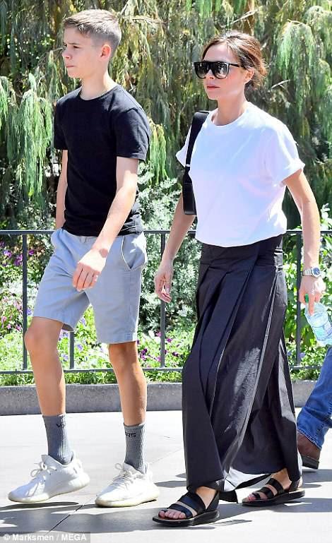 Gia đình Beckham vui vẻ đi chơi ở Disneyland - Ảnh 1.