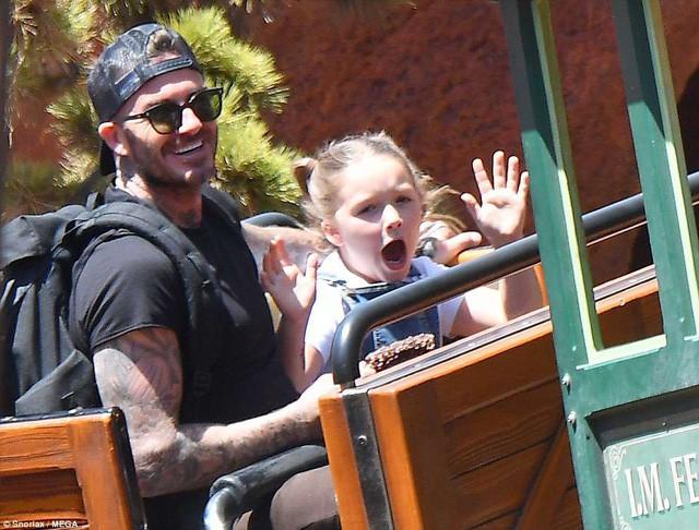 Gia đình Beckham vui vẻ đi chơi ở Disneyland - Ảnh 2.