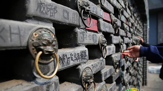 Bức tường dài 10m hơn 10.000 viên gạch dày kín chữ viết bậy của du khách - Ảnh 2.