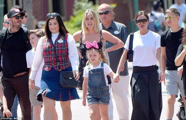 Gia đình Beckham vui vẻ đi chơi ở Disneyland - Ảnh 3.