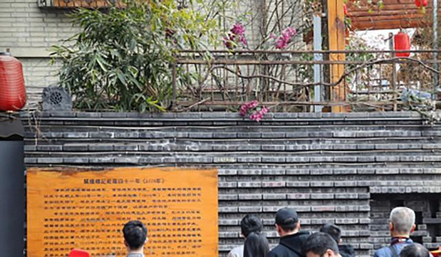 Bức tường dài 10m hơn 10.000 viên gạch dày kín chữ viết bậy của du khách - Ảnh 3.