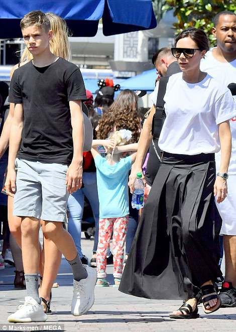 Gia đình Beckham vui vẻ đi chơi ở Disneyland - Ảnh 4.