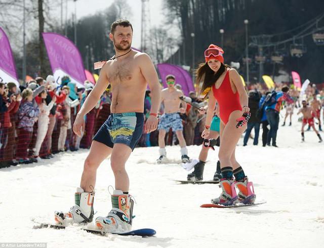 Nghìn người đẹp diện bikini khoe dáng giữa trời tuyết trong mùa lễ hội - Ảnh 6.