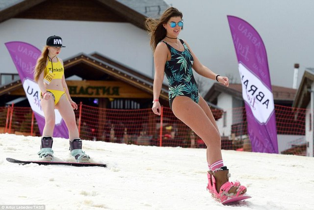 Nghìn người đẹp diện bikini khoe dáng giữa trời tuyết trong mùa lễ hội - ảnh 7