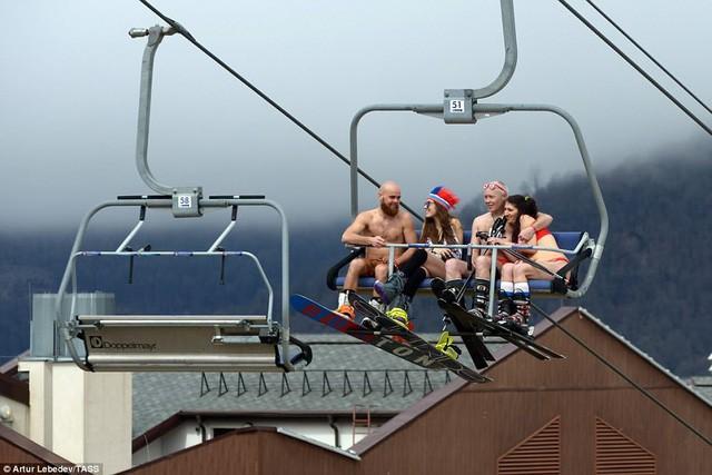 Nghìn người đẹp diện bikini khoe dáng giữa trời tuyết trong mùa lễ hội - Ảnh 9.