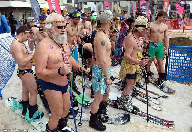 Nghìn người đẹp diện bikini khoe dáng giữa trời tuyết trong mùa lễ hội - ảnh 10