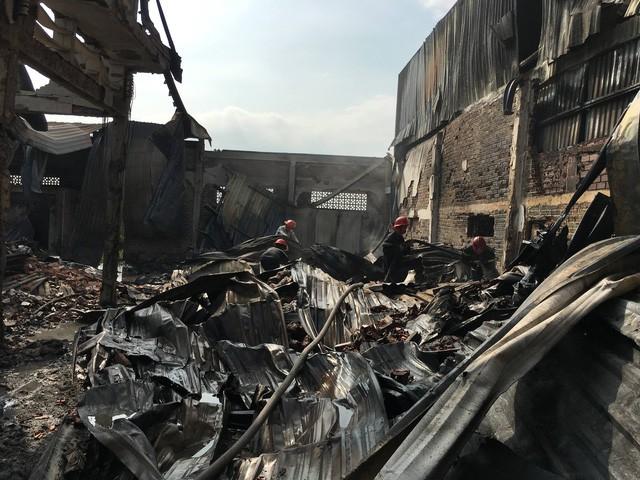 Sáng 19/4, xảy ra hai vụ cháy nhà xưởng tại TP.HCM - Ảnh 5.