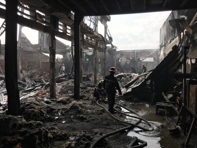 Sáng 19/4, xảy ra hai vụ cháy nhà xưởng tại TP.HCM - Ảnh 4.
