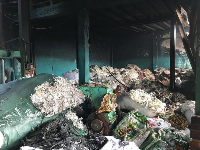 Sáng 19/4, xảy ra hai vụ cháy nhà xưởng tại TP.HCM - Ảnh 3.