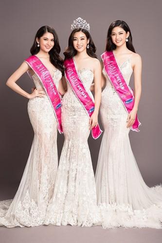 Hoa hậu Mỹ Linh kiêu sa đọ dáng bên hai Á hậu Thanh Tú và Thùy Dung - Ảnh 1.