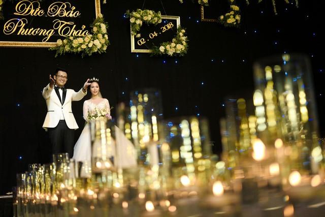 MC Đức Bảo Chúng tôi là chiến sĩ đắm đuối hôn cô dâu trong lễ cưới - Ảnh 1.