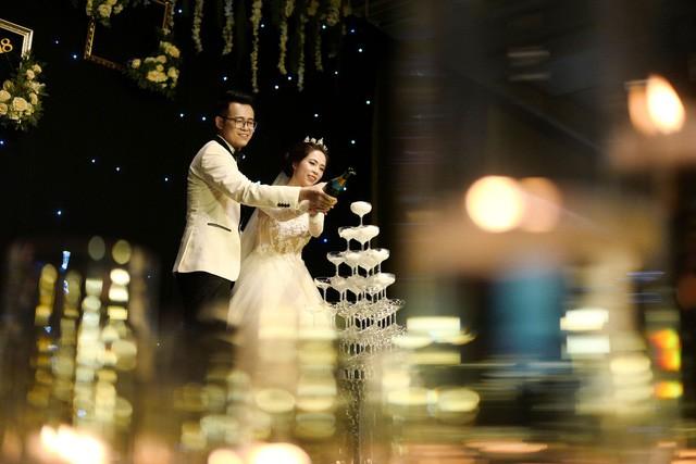 MC Đức Bảo Chúng tôi là chiến sĩ đắm đuối hôn cô dâu trong lễ cưới - Ảnh 11.