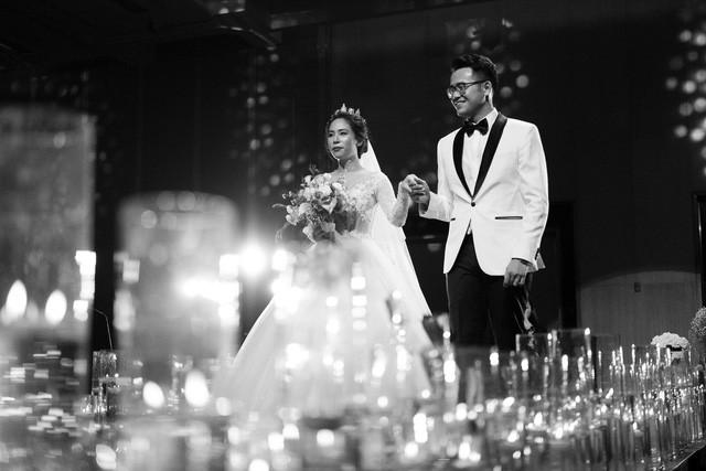 MC Đức Bảo Chúng tôi là chiến sĩ đắm đuối hôn cô dâu trong lễ cưới - Ảnh 3.