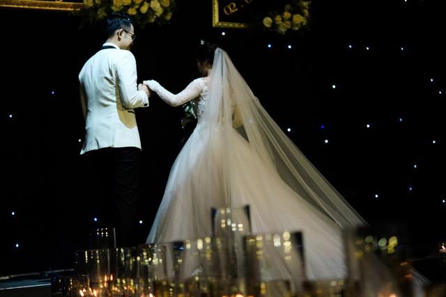 MC Đức Bảo Chúng tôi là chiến sĩ đắm đuối hôn cô dâu trong lễ cưới - Ảnh 4.