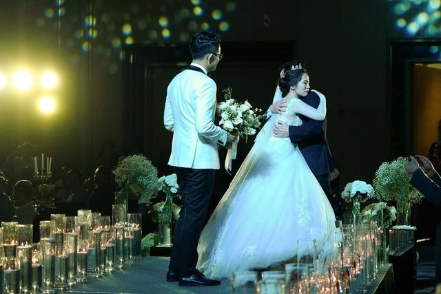 MC Đức Bảo Chúng tôi là chiến sĩ đắm đuối hôn cô dâu trong lễ cưới - Ảnh 5.