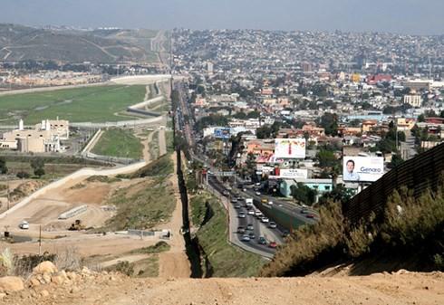 Mỹ sẽ quân sự hóa biên giới với Mexico - Ảnh 1.
