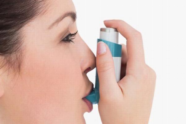 Sai lầm chết người khi dùng thuốc xịt trị hen suyễn - Ảnh 1.