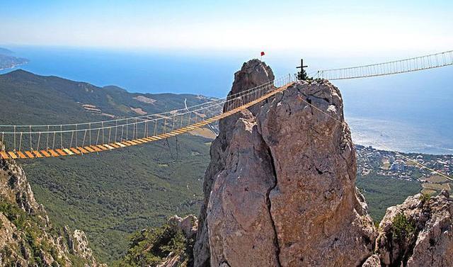 Thót tim dò từng bước trên cây cầu dẫn tới địa ngục - Ảnh 2.