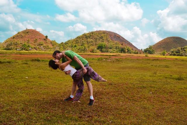 """Cặp đôi """"phượt"""" khắp nơi trên thế giới để... hôn nhau - Ảnh 3."""