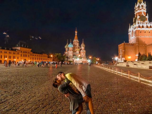 """Cặp đôi """"phượt"""" khắp nơi trên thế giới để... hôn nhau - Ảnh 10."""