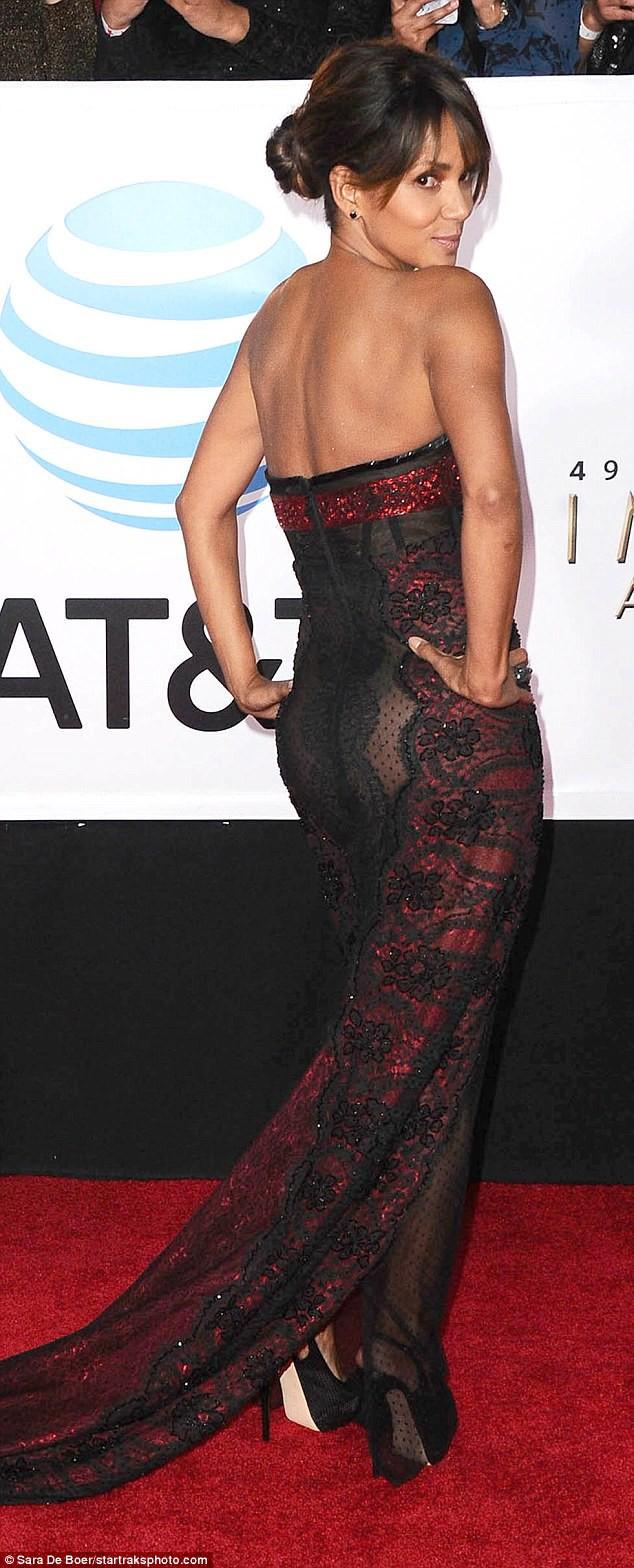 Mặc trang phục khiêu khích, Miêu nữ Halle Berry làm nóng mắt người nhìn - Ảnh 1.