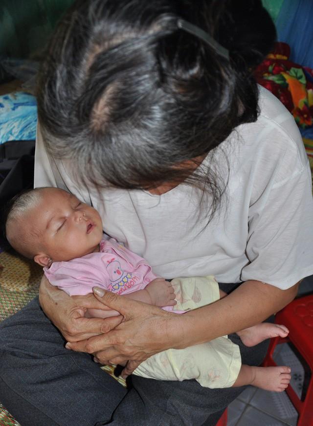 Mẹ bị sét đánh chết, bé hơn 1 tháng tuổi ngằn ngặt khóc khát sữa - Ảnh 1.