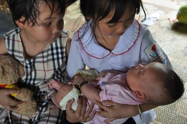 Mẹ bị sét đánh chết, bé hơn 1 tháng tuổi ngằn ngặt khóc khát sữa - Ảnh 4.