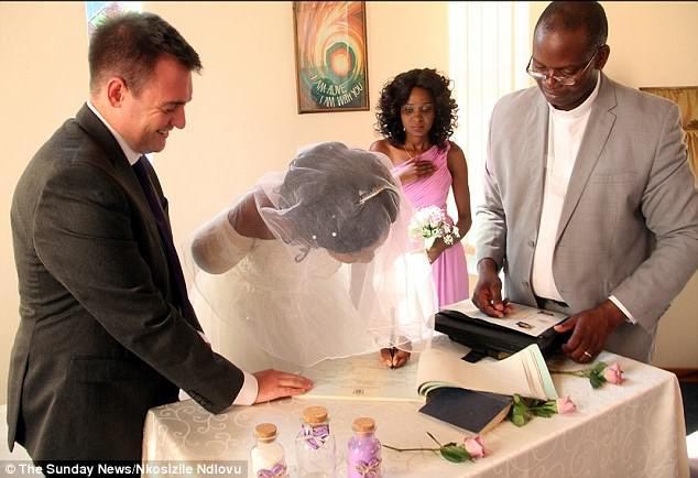 Cặp đôi Zimbabwe làm đám cưới sau khi cá sấu cắn lìa cánh tay cô dâu - Ảnh 2.