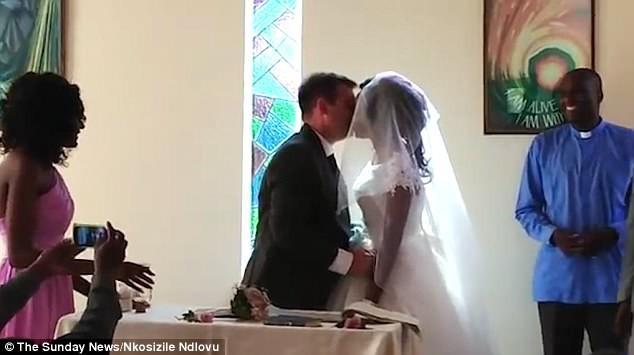 Cặp đôi Zimbabwe làm đám cưới sau khi cá sấu cắn lìa cánh tay cô dâu - Ảnh 3.