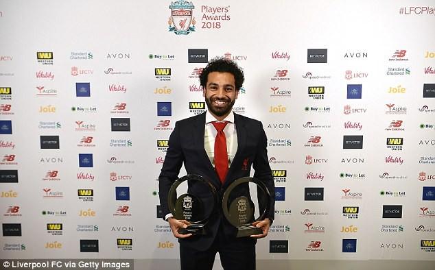"""Salah """"chạy sô"""" nhận liền 3 danh hiệu trong một buổi tối - Ảnh 1."""