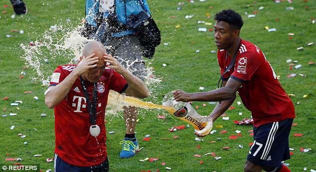 Ảnh: Bayern Munich ăn mừng chức vô địch Bundesliga 2017/18 - Ảnh 9.