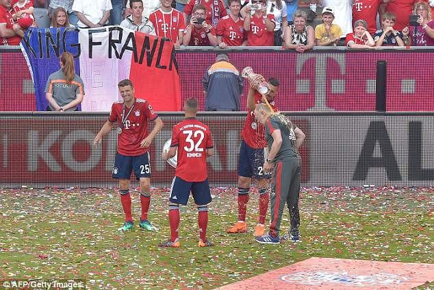 Ảnh: Bayern Munich ăn mừng chức vô địch Bundesliga 2017/18 - Ảnh 10.