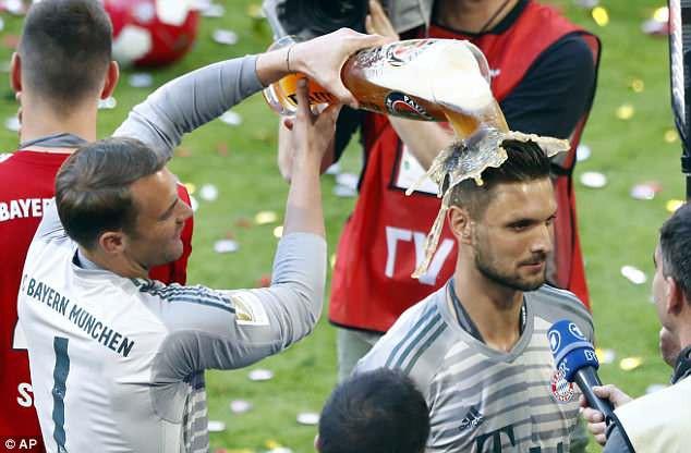 Ảnh: Bayern Munich ăn mừng chức vô địch Bundesliga 2017/18 - Ảnh 12.