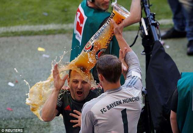Ảnh: Bayern Munich ăn mừng chức vô địch Bundesliga 2017/18 - Ảnh 14.
