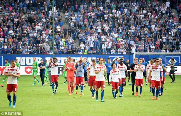 Hamburg lần đầu xuống hạng, CĐV làm loạn sân - Ảnh 1.