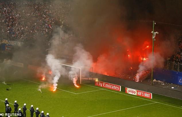 Hamburg lần đầu xuống hạng, CĐV làm loạn sân - Ảnh 3.