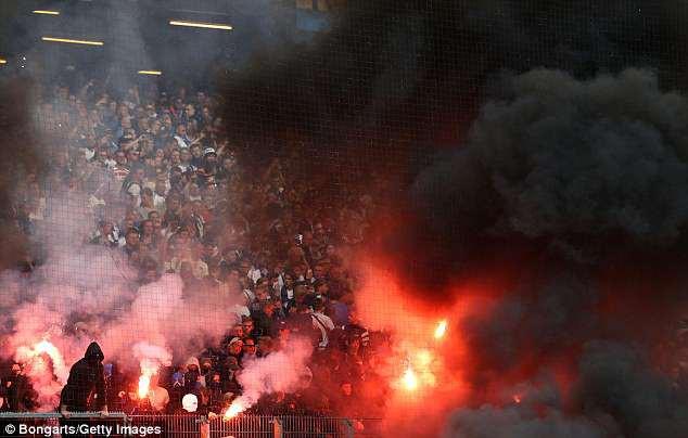 Hamburg lần đầu xuống hạng, CĐV làm loạn sân - Ảnh 4.