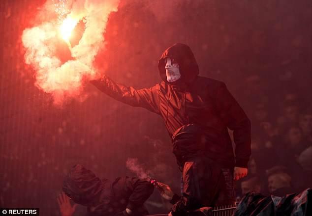 Hamburg lần đầu xuống hạng, CĐV làm loạn sân - Ảnh 5.