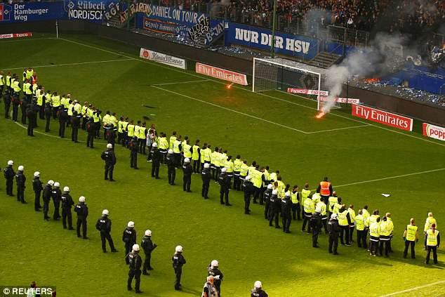 Hamburg lần đầu xuống hạng, CĐV làm loạn sân - Ảnh 6.