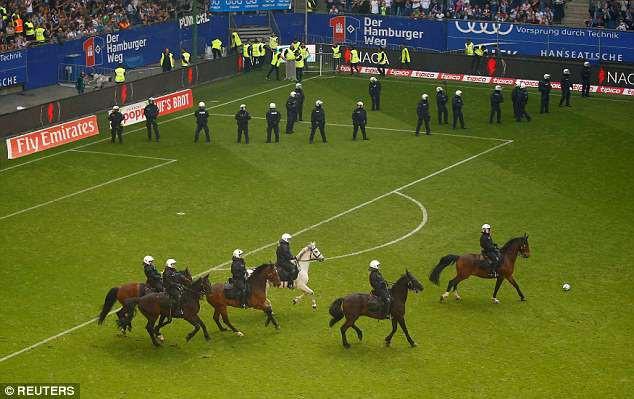 Hamburg lần đầu xuống hạng, CĐV làm loạn sân - Ảnh 7.