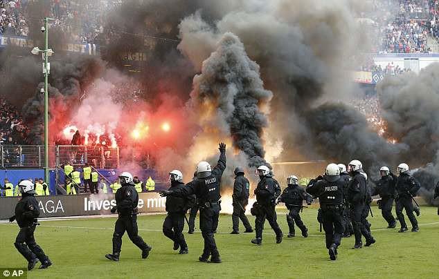Hamburg lần đầu xuống hạng, CĐV làm loạn sân - Ảnh 8.