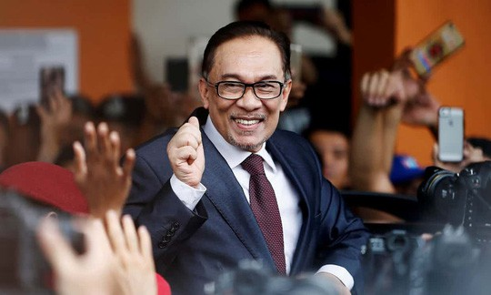 Chính trị gia Malaysia Anwar Ibrahim ra tù - Ảnh 1.